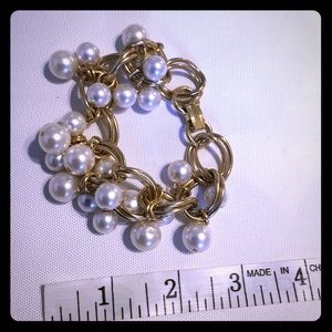 Vintage fake pearl and gold bracelet 🌸3/$20 🌸